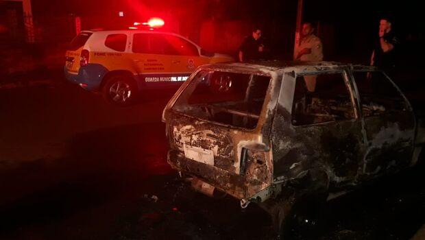 Uninho é incendiado e Guarda Municipal descobre que carro é furtado