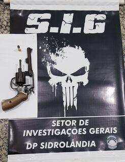 Acusado de matar auxiliar de serviços gerais é preso e arma encontrada em geladeira