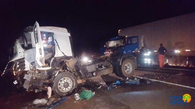 Motorista fica preso às ferragens em acidente na BR-163