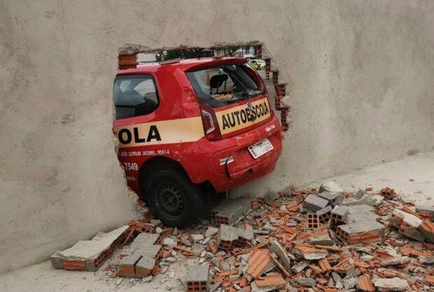Motorista derruba muro do Detran durante teste na baliza
