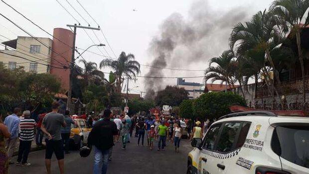 Avião cai sobre carros em Belo Horizonte