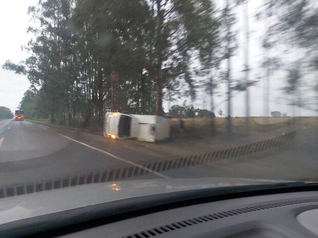 Motorista perde o controle da direção e caminhão tomba em rodovia