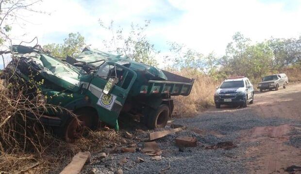 Caminhão perde freio e tomba em estrada em São Gabriel do Oeste