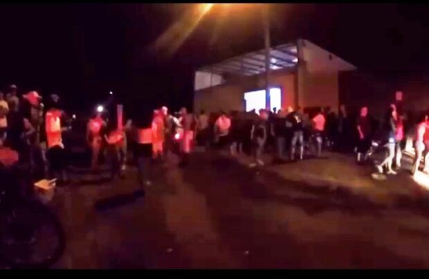 VÍDEO: para desespero de moradores, clube faz baile funk e bagunça na rua toda noite