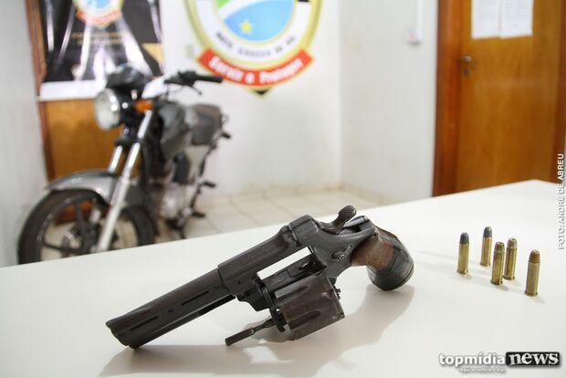 Motociclista é preso por embriaguez e garupa por estar com revólver sem registro