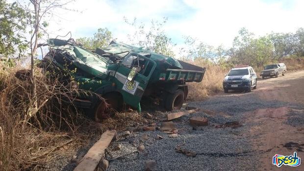 Caminhão capota e deixa três feridos em estrada rural