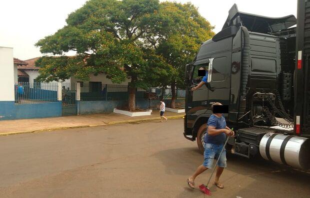 VÍDEO: rua de creche em Jaraguari vira parada de carretas e vereador alerta para tragédia