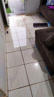 Em poucos minutos de chuva, moradora tem casa alagada no Parati