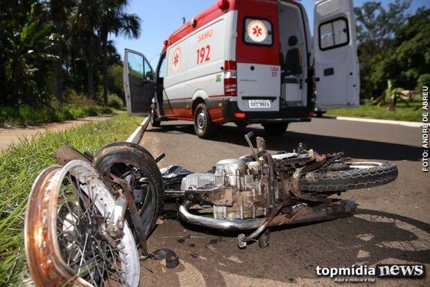 Motociclista 'chumbado' cai sozinho, recusa socorro e ameaça policiais: 'vocês me pagam'