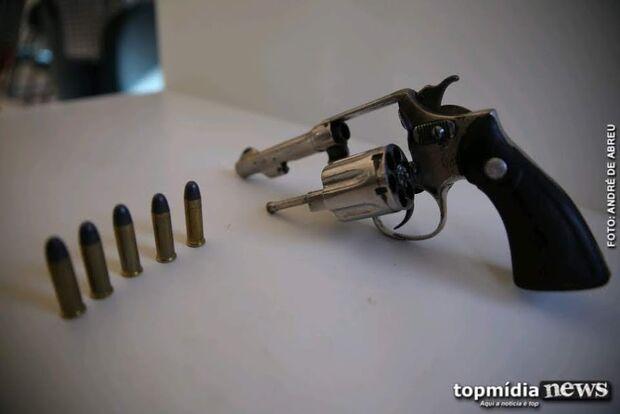 Homem tenta atirar em desafeto duas vezes e arma falha