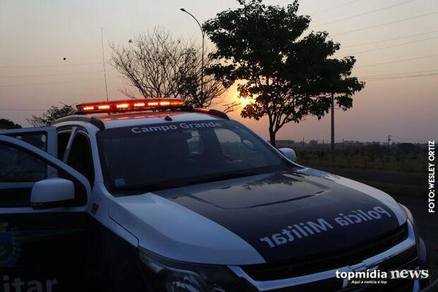 Carro pega fogo na madrugada e mulher denuncia incêndio criminoso