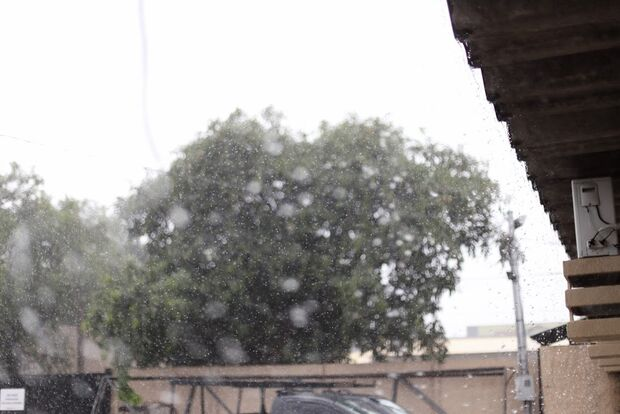 VÍDEO: chuva chega acompanhada de granizo no bairro Marcos Roberto