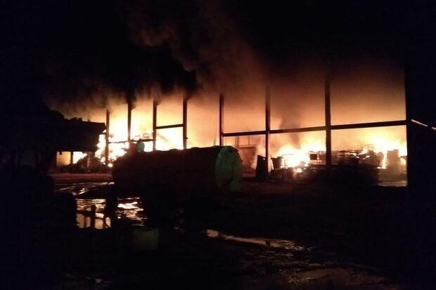 Fogo atinge indústria, bombas de óleo explodem e local parece cena de guerra