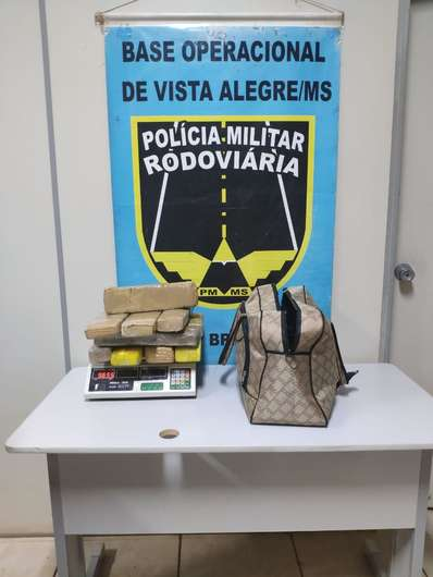 Mulher é presa com tabletes de maconha escondido em bolsa