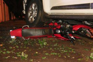 Motociclista com capacete levantado morre em batida com caminhonete