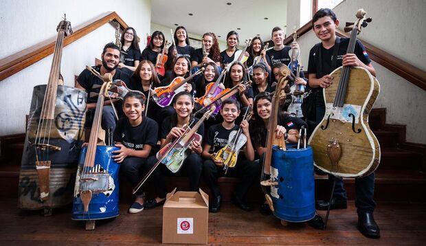 Orquestra paraguai se destaca pelo uso de instrumentos de materiais recicláveis