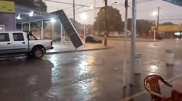 VÍDEO: vento forte derruba placa no Coophavila II