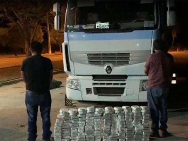 Bolivianos são presos com 150 kg de cocaína 'mocada' em cabine de caminhão