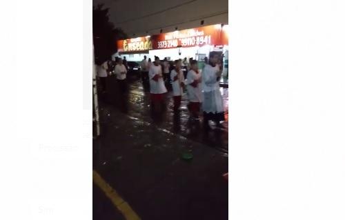 VÍDEO: fiéis seguem procissão na chuva para homenagear Nossa Senhora Aparecida