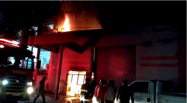 Incêndio destrói oficina ao lado de posto de combustível