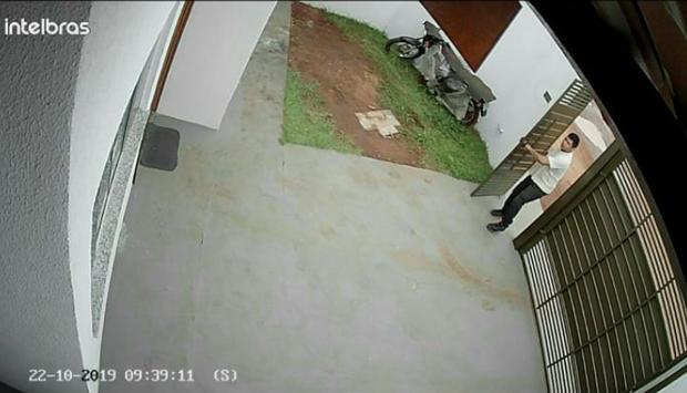 Ladrão de luva furta casa e leva de violão a botijão de gás no bairro Aimoré