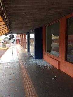 De tamanco a rasteirinha: criminosos quebram vidraça e furtam loja em Rio Brilhante