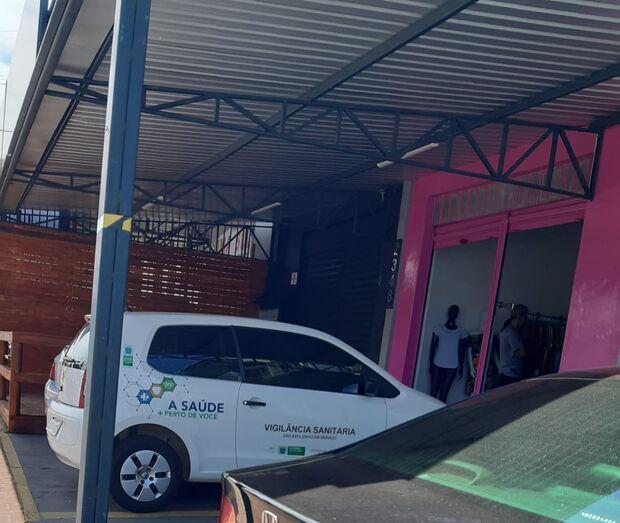 Repórter Top: fiscais param em loja de roupas 'para fazer compras' com carro da prefeitura