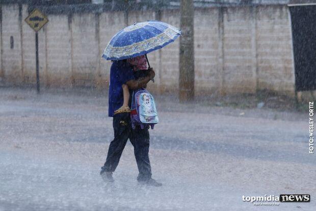 VÍDEO: chuva diminui visibilidade e trânsito fica complicado na Três Barras