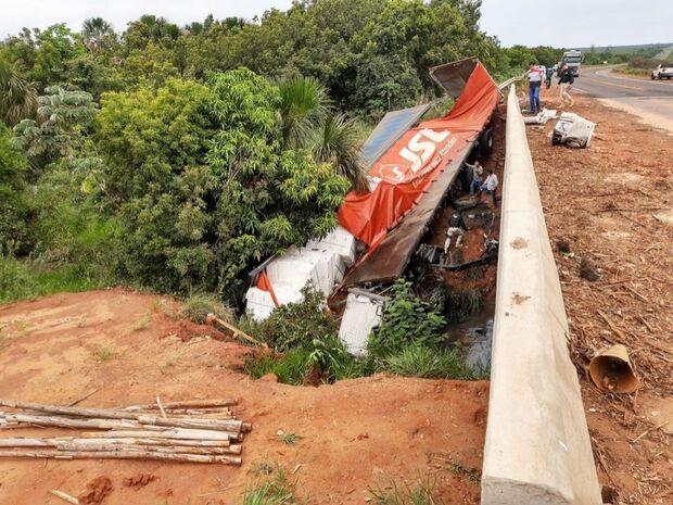 Motorista bate em lateral de ponte e tomba carreta em Três Lagoas