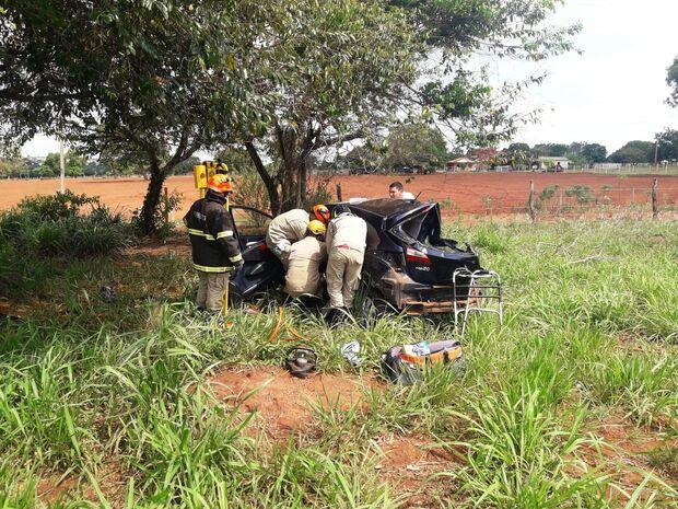 Carro bate de frente com Belina e cinco pessoas ficam feridas em rodovia