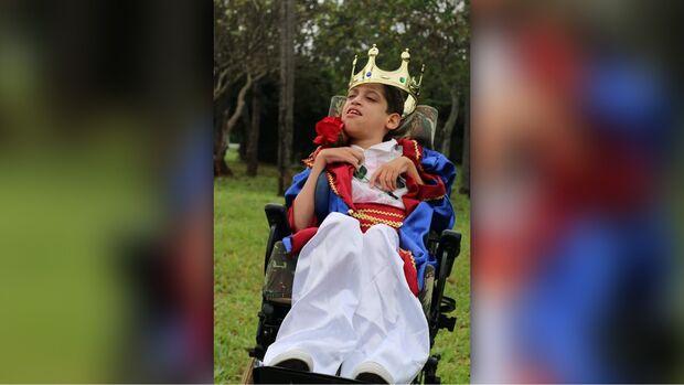 Mãe organiza bingo e galinhada para cadeira de rodas do filho com paralisia e escoliose na coluna