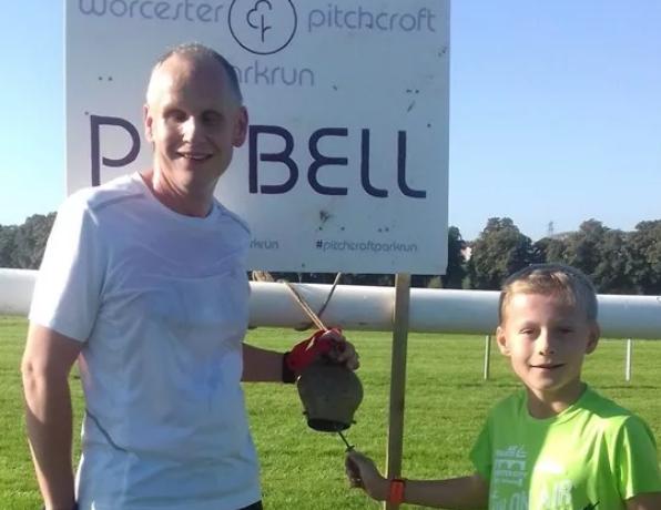 Pai cego que começou a correr para acompanhar filho completa primeira maratona