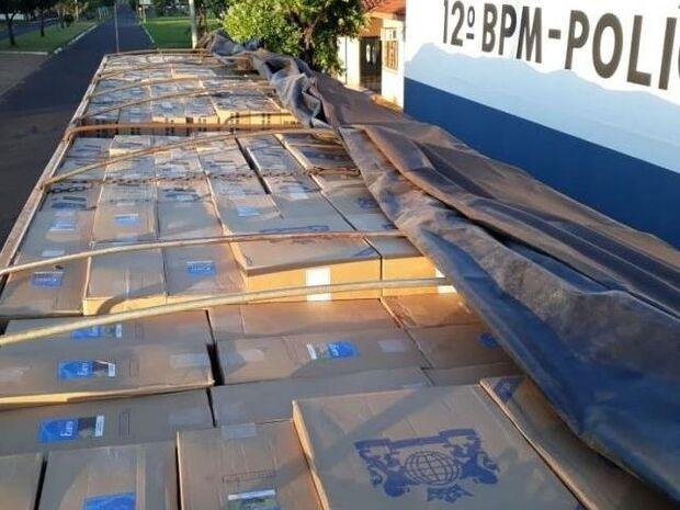 Medo da polícia? Carreta com 800 caixas de cigarros é abandonada em assentamento
