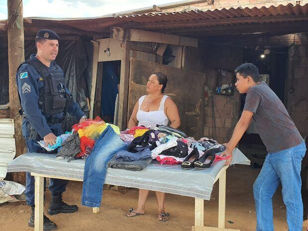 Sextou com o 10º BPM! Polícia Militar doa roupas e calçados à população carente do Los Angeles