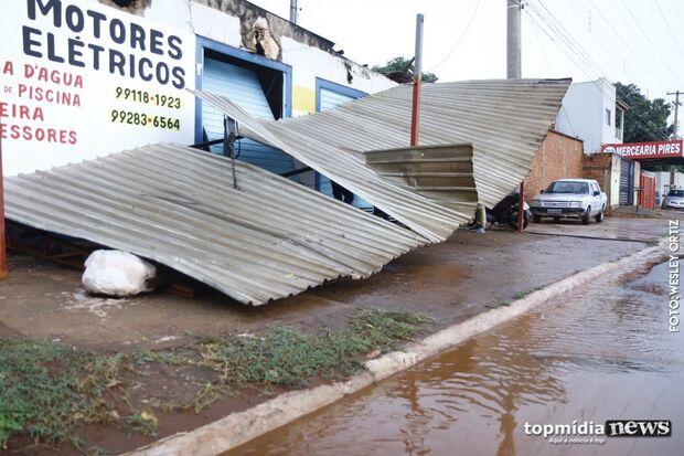 Chuva forte derruba estrutura metálica de oficina na Guaicurus
