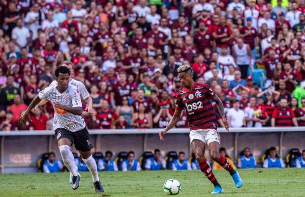 Flamengo goleia Corinthians e segue na liderança do Campeonato Brasileiro