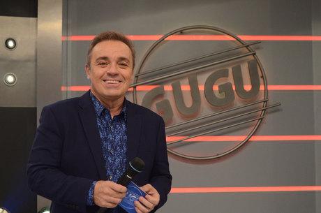 Família de Gugu Liberato chega ao velório do apresentador em São Paulo
