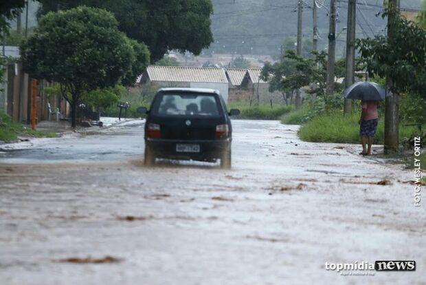 Chuva chega forte em Campo Grande e derruba temperaturas