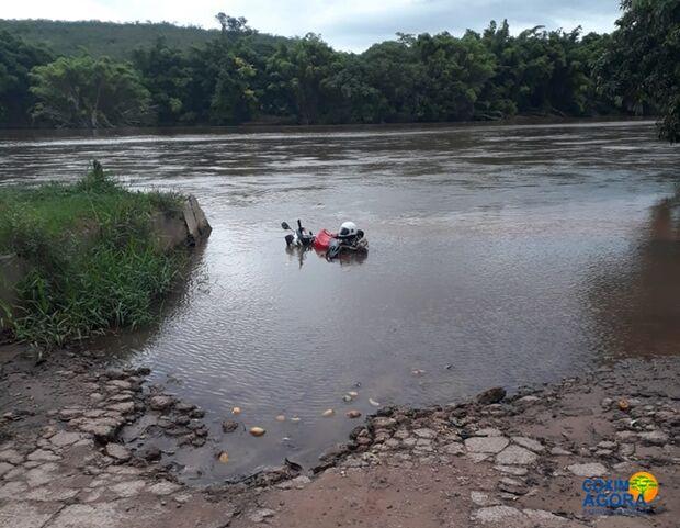 MISTÉRIO: moto aparece dentro do Rio Taquari e é resgatada pela PM
