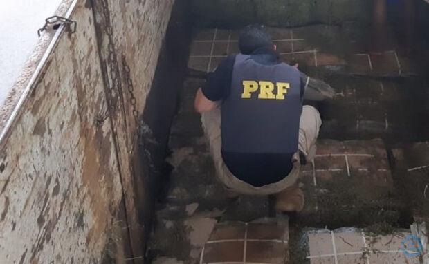 PRF flagra caminhoneiro com mercadorias sem nota fiscal escondidas em carga de feno na BR-163