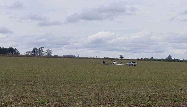 Avião com professor e aluno de aviação cai em plantação de soja na fronteira