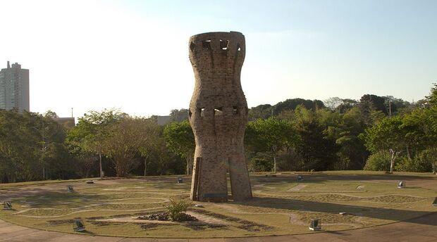 Monumento à Zarabatana homenageia culturas indígenas, mas passa despercebido por campo-grandenses