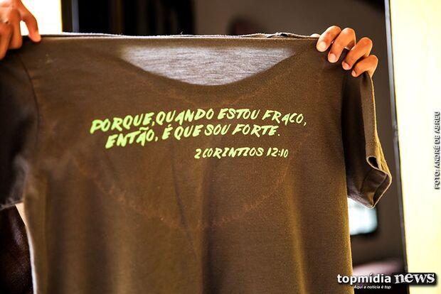 Imagem de asas aparece em camiseta de menina morta após apanhar na escola