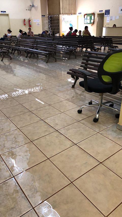 Em poucos minutos, chuva alaga UBSF da Vila Nasser e espanta pacientes