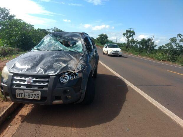 Motorista desvia de andarilho, é atingida por carreta e capota carro na BR-163