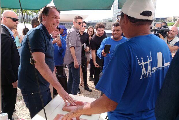 Bolsonaro nega mudanças na equipe ministerial e elogia Weintraub por trabalho 'excelente'