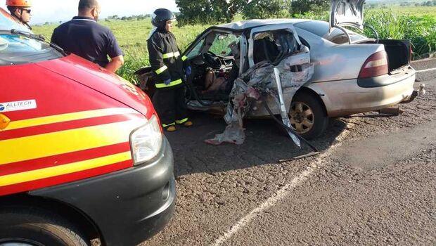 Jovem morre em acidente entre carro e caminhão na BR-267