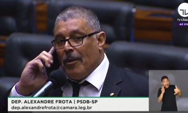 Frota dá aquela zoada em Bolsonaro e quebra a internet