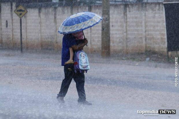 Chuva chega  e deixa tempo fresquinho em Campo Grande