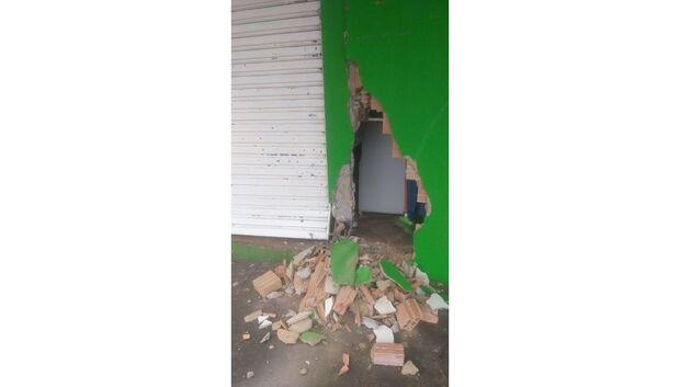 VÍDEO: motorista derruba muro de petshop e 'desaparece no mundo'; ajude a identificar